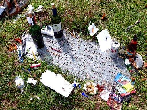 """La tomba di Jack Kerouac visitata da Luca Miele per il volume """"Qui giace un poeta"""""""