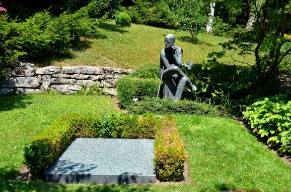 """La tomba di James Joyce visitata da Luca Brunoni per il volume """"Qui giace un poeta"""""""