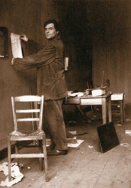 Modigliani nel suo atelier. Crediti Istituto Amedeo Modigliani