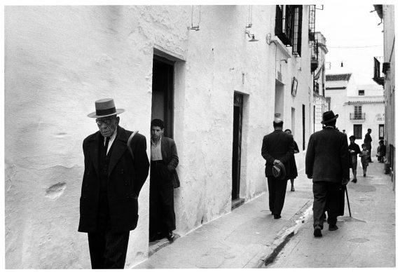 Passeggiata serale, Jerez de la Frontera, Spagna, 1954 © 2019 Inge Morath / Magnum Photos