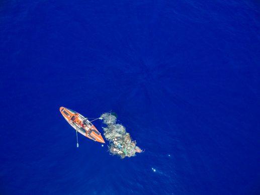 Un'immagine aerea del ritrovamento di una ghost net, Great Pacific Garbage Patch, Oceano Pacifico, 2019 © Alex Bellini