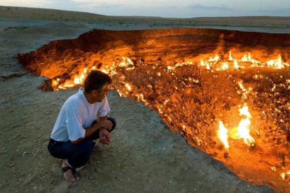 """Un uomo sulla """"Porta dell'Inferno"""", o """"Darvaza"""", un cratere di origine artificiale nel Deserto del Karakum, Turkmenistan, 2008 © Thomas Linkel : Laif"""