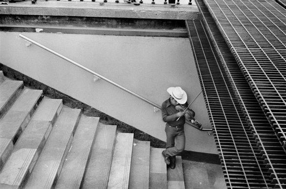 Un violinista malinconico all'entrata della metro, Città del Messico, Messico, 1983 © 2019 Abbas / Magnum Photos
