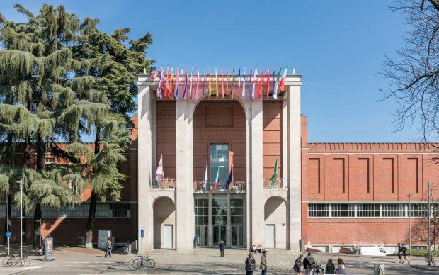 Facciata bandiere - © Triennale Milano - foto Gianluca Di Ioia