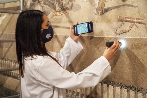 Immagine delle attività di diagnostica sul mosaico del MANN © Pedicini Fotografi