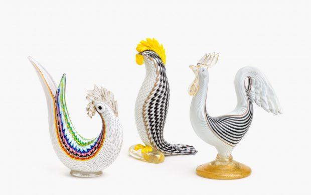 Due galli e un pappagallo di Dino Martens per la vetreria Aureliano Toso, anni cinquanta. Courtesy LE STANZE DEL VETRO