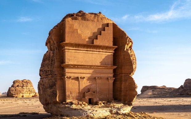Uno dei monumenti funerari nabatei che compongono Hegra, il sito UNESCO Patrimonio Mondiale dell'Umanità di AlUla. Photo credits Royal Commission for AlUla