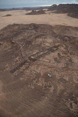 Un mustatil nel paesaggio di AlUla. La vettura del team di archeologi mette in risalto le dimensioni della struttura. Photo credits Royal Commission for AlUla
