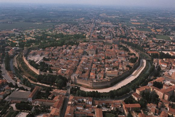 Una foto del nucleo antico e la Basilica di S. Giorgio di Ragusa, tratta dal libroItalia dall'alto(Jaca Book, 2020)