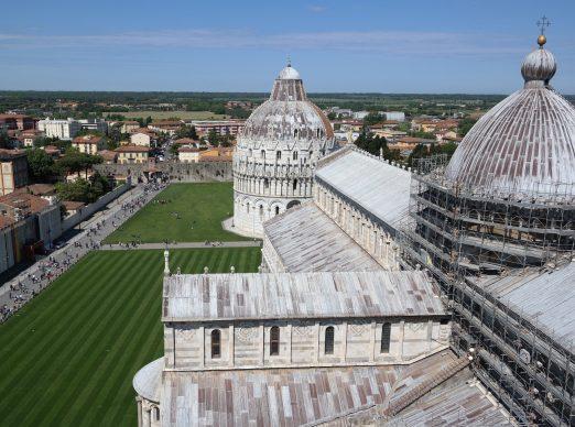 Una foto della Piazza dei Miracoli di Pisa, tratta dal libroItalia dall'alto(Jaca Book, 2020)