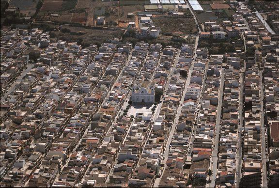 Una veduta dall'alto di Balestrate (Palermo), tratta dal libroItalia dall'alto(Jaca Book, 2020)