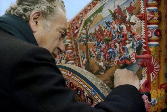 Mimmo Pintacuda, Il pittore Renato Guttuso (1911-1987) firma un carretto siciliano dei fratelli Ducato, 1973-1979. Mimmo Pintacuda © Archivi Alinari