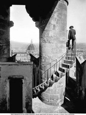 Fratelli Alinari, Scala della torre di Arnolfo in Palazzo Vecchio, Firenze 1900-1905. Archivi Alinari Firenze