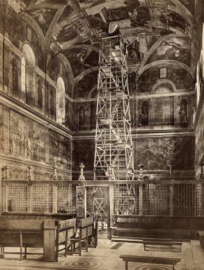 Fratelli Alinari, Macchina fotografica montata sul palco di sedici metri dal quale furono eseguite le fotografie della Cappella Sistina, 1904. Archivi Alinari Firenze