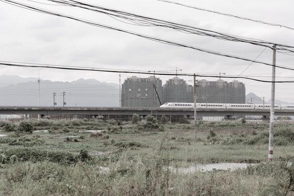 Viadotto della ferrovia nel cantiere della newtown, 2017, Zhaoqing New Town, Zhaoqing, provincia del Guangdong. Foto di Samuele Pellecchia