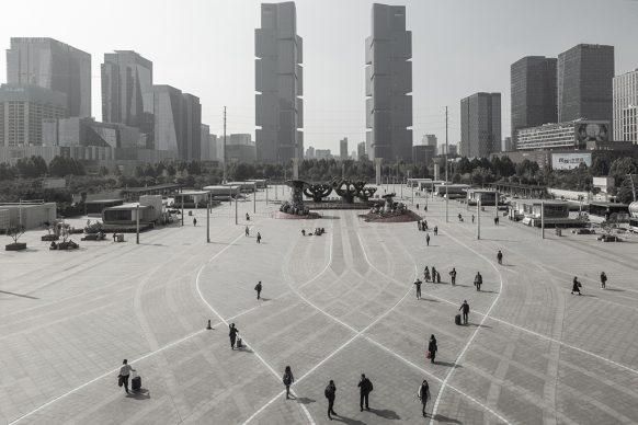 Piazza della stazione ferroviaria est di Zhengzhou, 2019, Zhengzhou, provincia dello Henan. Foto di Samuele Pellecchia