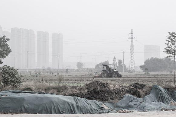 Trattore nei campi nei pressi di Zhongmu, 2019, Zhengzhou, Provincia dello Henan. Foto di Samuele Pellecchia