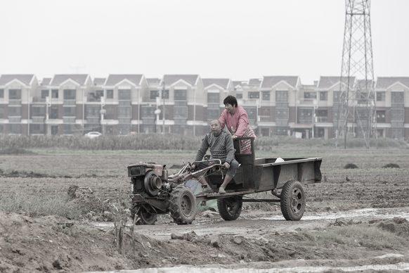 Contadini davanti al nuovo villaggio a ovest di Zhongmu, 2017, Zhengzhou, Provincia dello Henan. Foto di Samuele Pellecchia