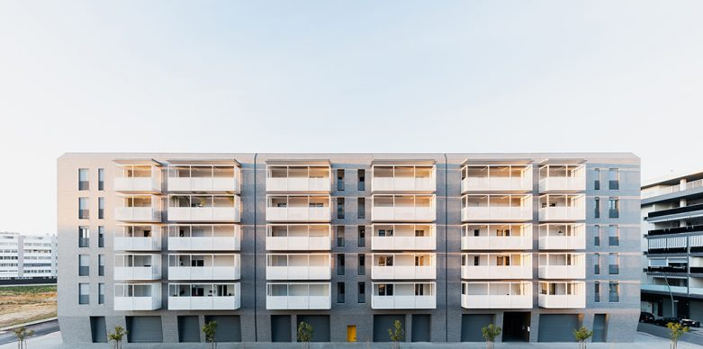 Alvisi Kirimoto e Alvisi Kirimoto + EDILBARI S.r.l., Viale Giulini Affordable Housing. Photo ©Marco Cappelletti