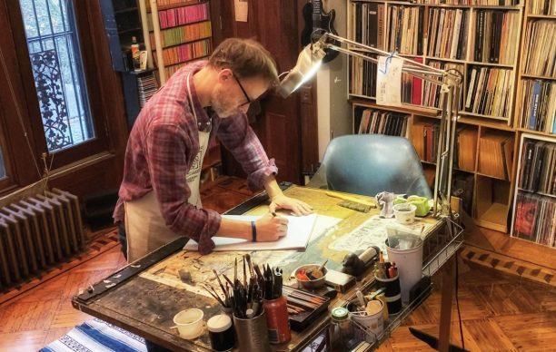 """L'artista George Cochrane nel suo """"scriptorium"""" di New York"""