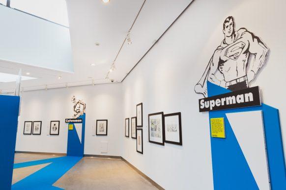 Panoramica della prima delle due sale della mostra Masters of Marvel & DC al PAFF! di Pordenone e dettaglio sul pannello dedicato a Superman. Foto ©Elisa Caldana