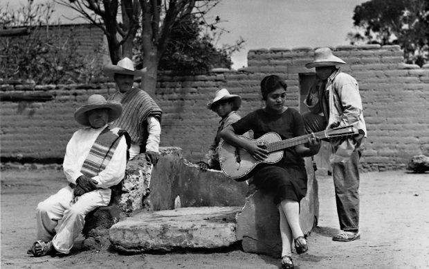 Tina Modotti, Concha Michel suona la chitarra. Anno 1928, Messico © Tina Modotti