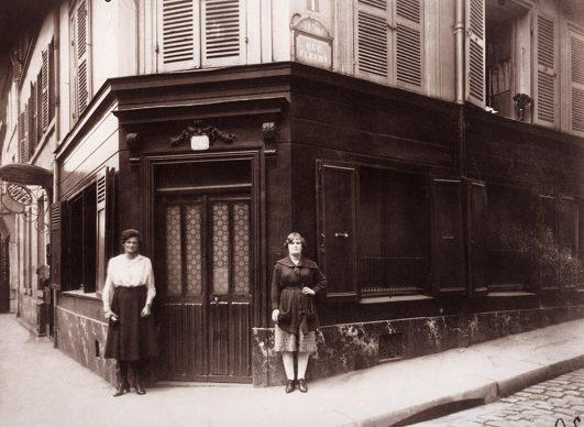 Prostitute all'angolo tra Boulevard de la Chapelle e rue Fleury, Parigi, 1921 © Eugène Atget