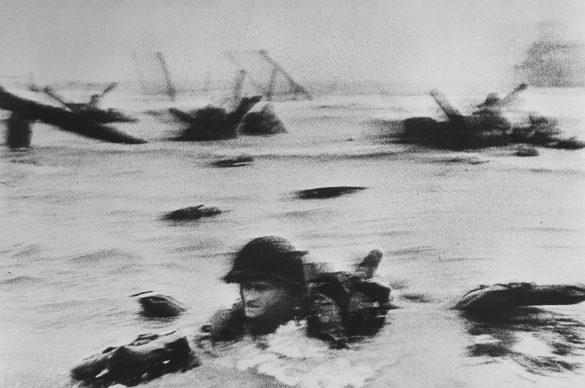 Lo sbarco delle truppe americane a Omaha Beach durante il D-Day, Normandia, Francia, 6 giugno 1944 © Robert Capa