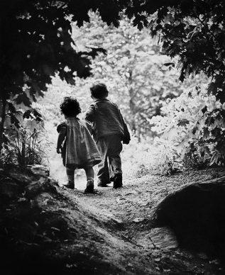 Il sentiero verso il giardino del Paradiso. I figli di Eugene Smith Patrick e Juanita, USA, 1946 © W. Eugene Smith