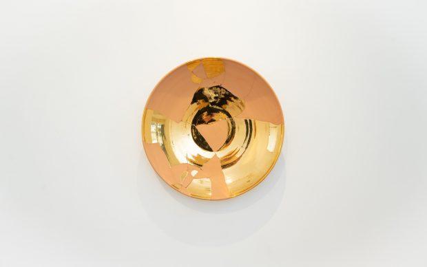 Ritrovarsi (piatti), 2020 ceramica e oro zecchino diametro 79 x 15 cm. Courtesy the artist and GALLERIA CONTINUA Photo by Giovanni De Angelis