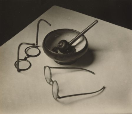 André Kertész, Mondrian's Glasses and Pipe, 1926. Stampa alla gelatina ai sali d'argento,  7.9 x 9.3 cm. The Museum of Modern Art, New York, Thomas Walther Collection. Grace M. Mayer Fund © Estate of André Kertész Digital Image © 2021 The Museum of Modern Art, New York/Scala, Florence