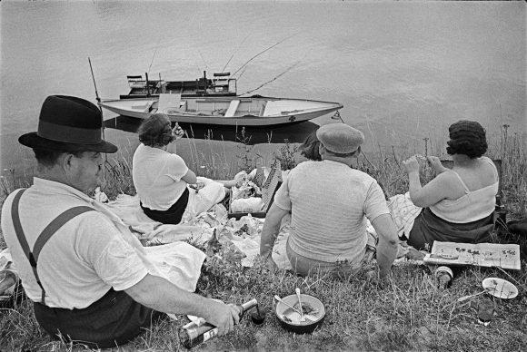 Domenica sulle rive della Senna, Francia, 1938 © Fondation Henri Cartier-Bresson / Magnum Photos