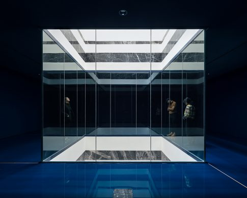 Royal Museum of Fine Arts, Anversa by KAAN Architecten. The lightwell as seen from the dark cabinets, this space will be dedicated to the display of delicate artworks © Stijn Bollaert