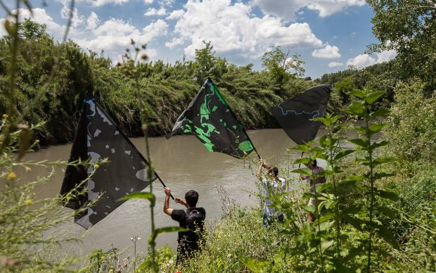 Flumen-Climate Art Project. Camminata collettiva Parco Aniene. Bandiere ANDRECO ©Blindeyefactory