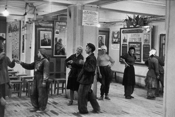 La mensa degli operai che lavorano alla costruzione dell'hotel Metropol, Mosca, 1954 © Fondation Henri Cartier-Bresson / Magnum Photos