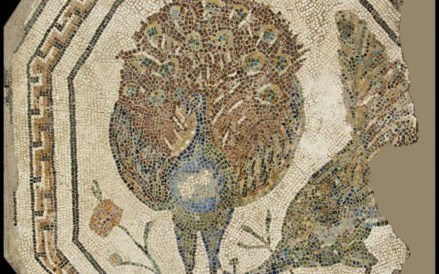 Musei Capitolini, Antiquarium, VM 60 Mosaico policromo ottagonale con pavoni. Tessere di pietre calcaree, marmo e aste vitree. Proveniente da Roma, da una tomba lungo la Via Appia, presso la torre di sinistra della Porta S. Sebastiano. Il mosaico fu scoperto durante i lavori di abbassamento della quota del Viale Ardeatino lungo le Mura Aureliane. II sec. d.C.