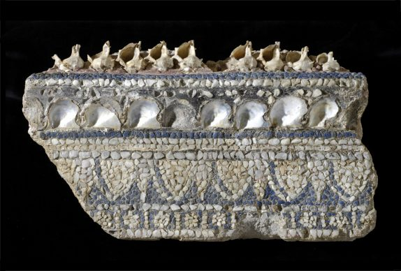 Antiquarium Comunale, AC 31778 Cornice di mosaico parietale con conchiglie. Tessere di pasta vitrea, marmo di Carrara, fritta e conchiglie. Scoperto a Roma, durante i lavori di sbancamento della Velia per la realizzazione della Via dell'Impero. Metà I sec. d.C.
