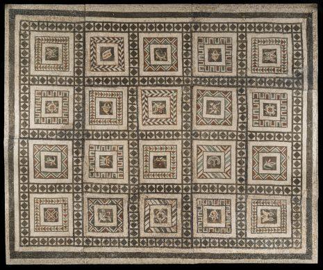 Musei Capitolini, Antiquarium, AC  486 Mosaico policromo a cassettoni. Tessere di palombino, basalto e calcari colorati. Scoperto a Roma nel 1886 durante i lavori di demolizione della Villa Casali al Celio. Metà I sec. a.C.