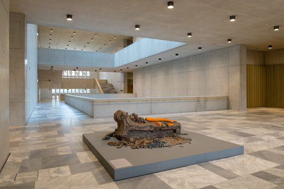 Kunsthaus Zürich, ampliamento di David  Chipperfield Architects  Hall primo piano con «8» (2014) di Urs Fischer Foto © Juliet Haller, Ufficio di urbanistica, Zurigo  Opera © Urs Fischer
