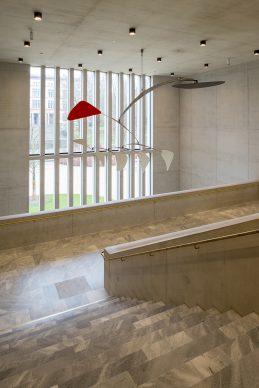 Kunsthaus Zürich, ampliamento di  David Chipperfield Architects  Hall centrale con «Cinq blancs, un  rouge» (1972) di Alexander Calder Foto © Juliet Haller, Ufficio di  urbanistica, Zurigo  Opera © 2021, ProLitteris, Zurich