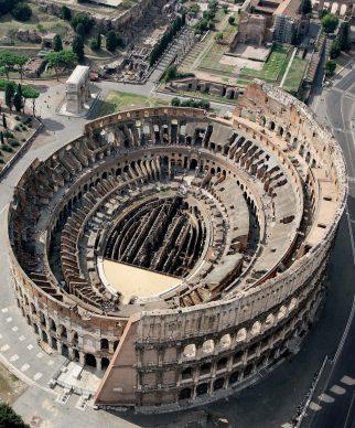 Una veduta del Colosseo, tratta dal libroRomadall'alto(Jaca Book, 2021)