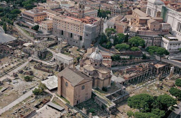Una veduta del Foro Romano e del Foro di Cesare, tratta dal libroRomadall'alto(Jaca Book, 2021)