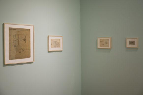 """Una veduta dell'allestimento di """"Le Corbusier Viaggi, oggetti e collezioni"""" presso la Pinacoteca Agnelli di Torino. Photo Andrea Guermani"""