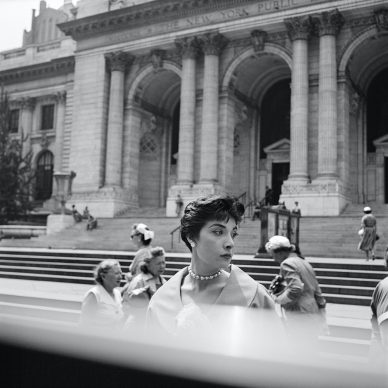 Vivian Maier, Bibliothèque publique de New York vers 1954, tirage argentique, 2012 © Estate of Vivian Maier, Courtesy of Maloof Collection and Howard Greenberg Gallery, NY