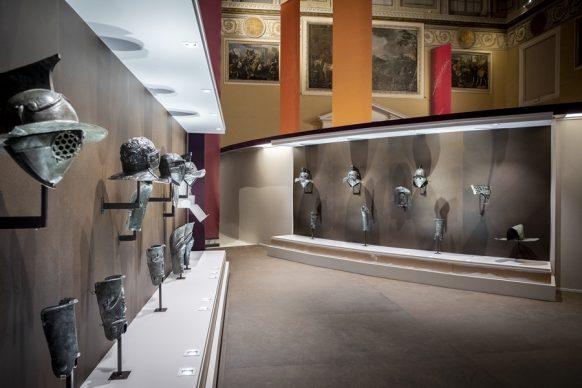 Una vista dell'allestimento della mostra Gladiatori presso il Museo Archeologico Nazionale di Napoli. Photo Valentina Cosentino