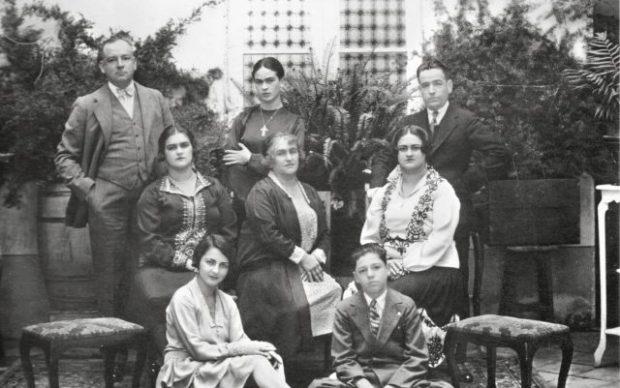 Guillermo Kahlo, Ritratto di famiglia con Frida Kahlo, Messico, 1928. Stampa alla gelatina d'argento, vintage