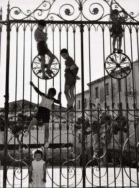 Cancellata del portico del Duomo di Sassari, Sardegna, 1955 © Archivio Mario De Biasi / courtesy Admira, Milano