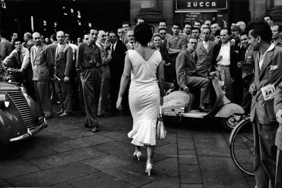 Gli italiani si voltano, Milano, 1954 © Archivio Mario De Biasi / courtesy Admira, Milano