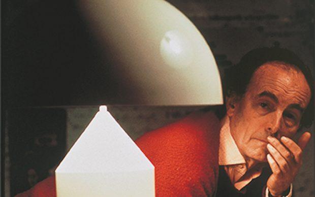 Vico Magistretti con la lampada Atollo, s.d. Courtesy Oluce. Foto Giorgio Lotti