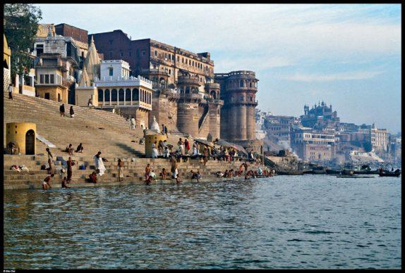 Varanasi, 1981 © Elio Ciol